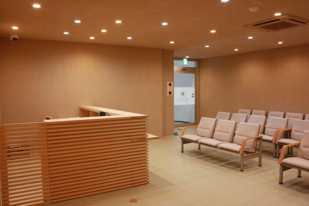 クリニックの待合室と受付カウンター