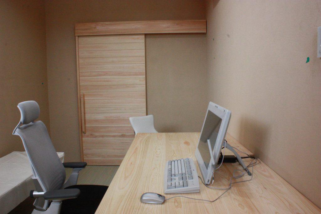 クリニック診察室、クリニック家具 無垢木製建具