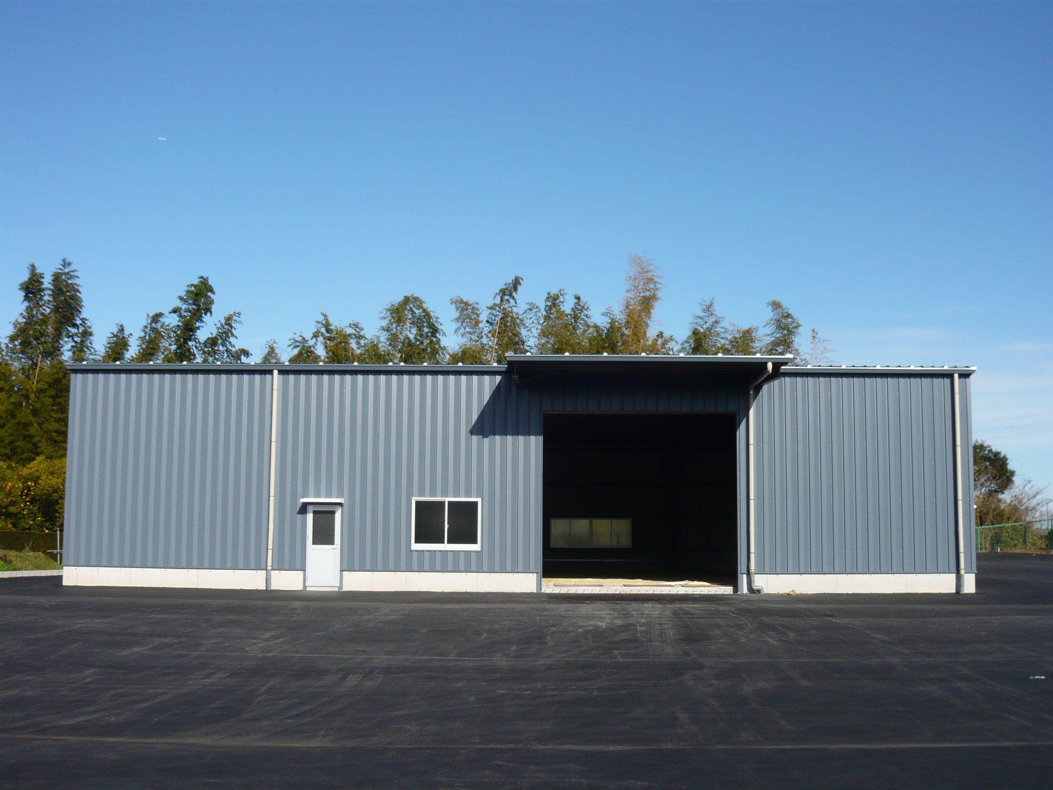 倉庫の外観 シャッターと庇